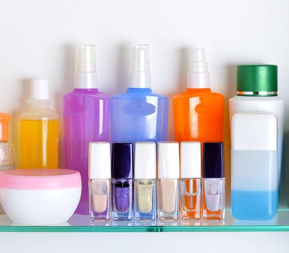 Nagyon sok termékben, különösen a natúrokban, van alkohol, ami nem tesz jót a bőrnek, sőt. Hiába frissítő, ha dehidratálja. Erről ide kattintva olvashatsz bővebben.