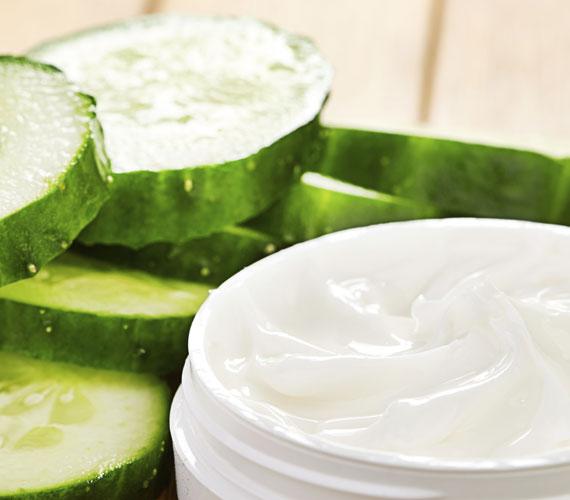 Egy jó hidratálókrém az arcápolás alapja, de ha túl vizes, akkor bizony nem tesz jót a hideg időben. Ugyanis ha jönnek majd a mínuszok, a bőrben megfagy, és nemcsak apró érelpattanásokat okoz, hanem bőrszárazságot is. Használj gazdagabb krémet, és ne közvetlenül indulás előtt kend fel.
