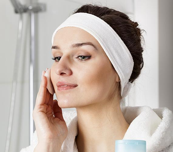 Főleg a zsíros bőrűek követik el azt a hibát, hogy túlszárítják, túltisztítják a bőrüket, télen pedig ez még inkább megbosszulja magát. Természetesen meg kell pucolni a bőrt, és eltávolítani a felesleges faggyút, de nem szabad túlzásba esni.