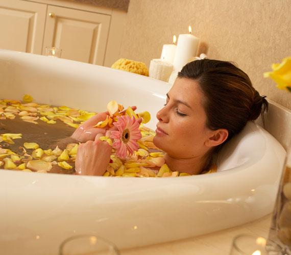 A forró fürdő és forró zuhany nagyon kellemes egy hideg táli estén, de sajnos nagyon kiszárítja a bőrt. A vízbe ezért ne keverj fürdősót, inkább egy finom növényi olajat, és zuhanyzás vagy fürdés után alaposan kend be magad egy gazdagabb testápolóval.