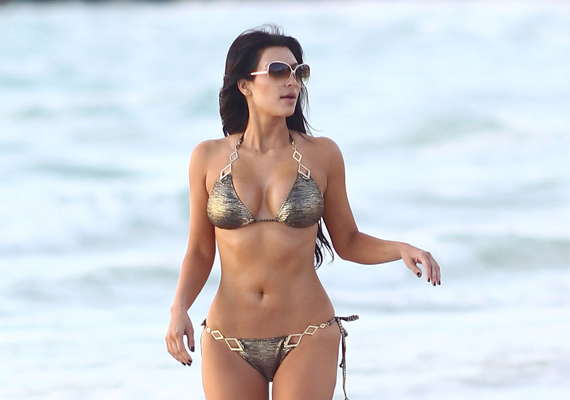 Kim Kardashian barokkosan túldíszített bikiniben ment strandolni. A sok csillogás, díszítés és fémes hatású anyag a fürdőruhára vonzza a tekintetet, ami nem is kérdés, milyen jól áll Kimnek.