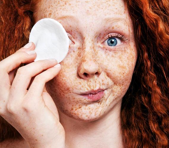 Ha a sminklemosód nem elég hatékony, valószínűleg te is dörzsölöd a szemed a vattakoronggal, csak hogy lejöjjön a festék. Pedig ilyenkor mikrosérülések keletkeznek a bőrben, amik sötétíthetik azt. Csak olyan sminklemosót használj, ami finom átkenéssel is tisztít.