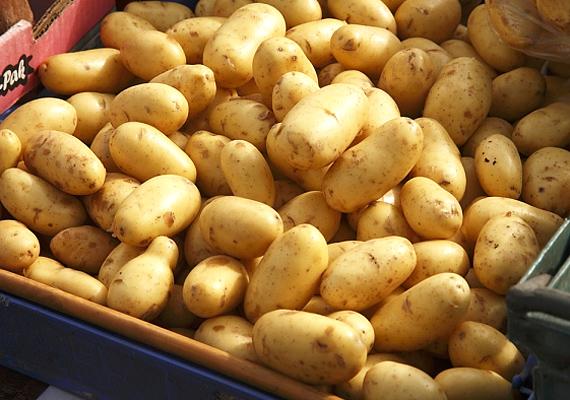 A nyers krumplit reszeld le, és a pépet kend fel a szemed alatti karikákra. Tíz percig hagyd rajta - lehúzza a duzzanatot és megszívja a bőrt, amitől az sokkal világosabb színűnek fog tűnni.