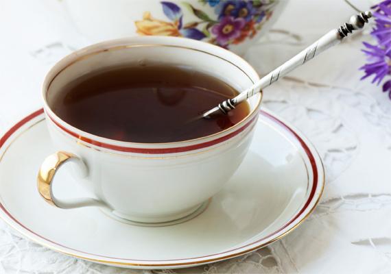 A koffeintartalmú teák nagymértékű fogyasztása ugyanolyan hatással van a szervezetre, mint a kávé, amiről köztudott, hogy felelős lehet a karikák kialakulásáért.