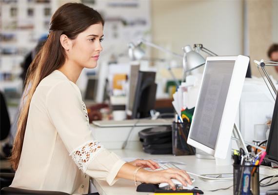 Karikás szemek könnyen kialakulhatnak a tartós monitorhasználat miatt. Ha naponta több órát töltesz a számítógép előtt, a szemmozgató izmokat könnyen megerőltetheted, ami bizony a szem alatti területen is látszani fog. Próbálj meg óránként néhány percre felállni a gép elöl, hogy a problémát elkerüld.