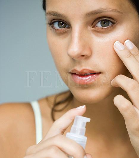 SzemránckrémA bőr a szem körül nagyon finom. Azért van szükség speciális kozmetikumra, mert a sima krém nagy molekulái itt nem tudnak behatolni mélyen a bőrbe. Válassz krémet, a zselé nem biztos, hogy elég a faggyúmirigyekben szegény terület ápolására.