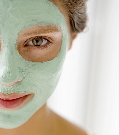 PakolásA legtöbb pakolást, kivéve a nagyon erősen tisztítókat, nyugodtan felkenheted a szemed alá is, felesleges túl nagy területet kihagyni. Használhatsz külön erre a területre való maszkokat is, de az egyszerű arcpakolások is csodákra képesek.