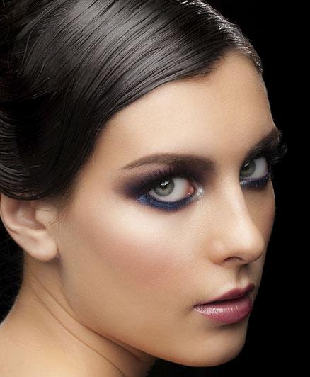 Az éjfélkék és a lila kombinációja tökéletes lehet egy komolyabb eseményre, a zöld és a barna szemeket nagyon kiemeli, de a kékkel is jól mutat.