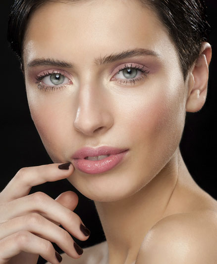 A rózsaszín igazán általánosan használható szemfestékként. Világoskék szemekhez elég egy finom, lágy középrózsaszín, ami szépen keretezi a szemet és harmonizál vele. A nagyon világos, jeges rózsaszín viszont természetellene hatást kelthet.