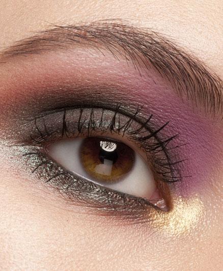 A piros színcsoportból a barna szemhez a lila is ajánlott, szintén a kontraszt miatt. Mivel finomabb szín, mint a bíbor, ezért lágyabbá teszik a tekintetet, mégis kiemeli azt.
