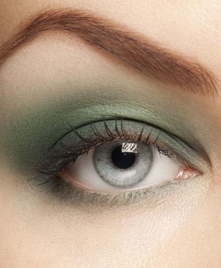 A szüke szemekhez agyon szépen passzol a szürkészöld szín, de ezt csak akkor javasoljuk, ha kialudtad magad, ugyanis bármilyen, szürkés árnyalat a szemek körül, fáradttá teszi a tekintetet.