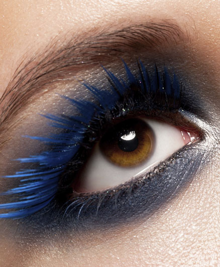 A barna szemhez nem igazán illik a kék szemhéjfesték, de ragaszkodsz hozzá, akkor mindenképpen mélyebb, például farmerkék árnyalatot válassz.