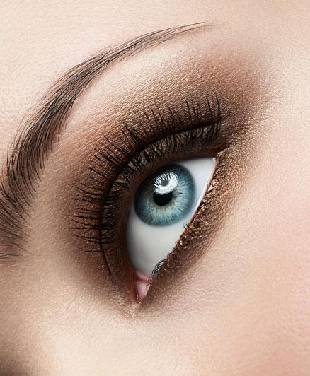 A füstös szemek talán a legvonzóbbak, sejtelmessé teszik a tekintet. Kék szemhez válaszd a barna különböző árnyalatait, melyek mélységet adnak a szemszínednek, és nagyon szépen kiemelik azt. Választhatsz akár bronzos árnyalatokat is.