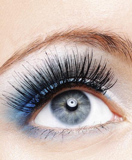 Sokszor mondják, hogy a kék szemet nem szabad kékkel festeni, de ez nem igaz, csupán a jó árnyalatot kell megtalálni. Mindenképpen élénk középkéket javaslunk vagy páldául türkízt, de arra figyelj, hogy ne legyen tompa, szürkés kék.