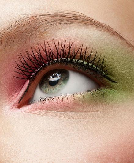 Természetesen nemcsak egyféle színt lehet használni, hanem kombinálni is őket, akár szokatlan párosításban is. Az élénk zöld és a rózsaszín jól mutatnak egymás mellett, elsősorban kék vagy zöld szemnél.