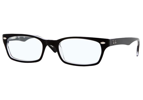 A kerek arcformát remekül ellensúlyozzák a hosszúkás, téglalap alakú szemüvegek.