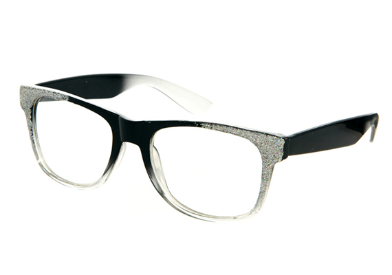 A nagyobb méretű, kerek arcon is jól mutat ez a szemüvegtípus, de elsősorban az ovális arcformát emeli ki.