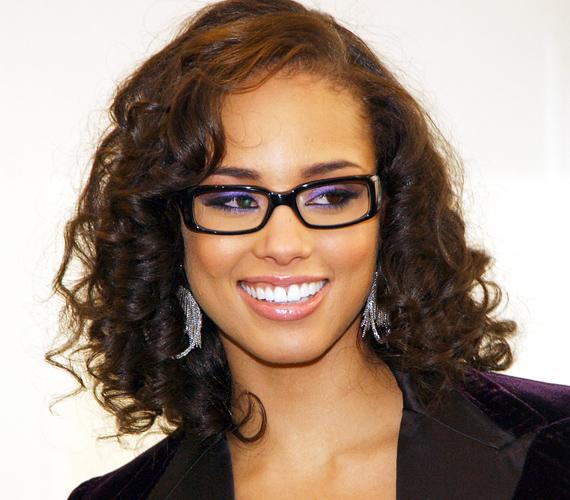 Alicia Keys a hosszúkás téglalap alakú keret mellett voksolt, mert az ellensúlyozza a hosszúkás arcformát.