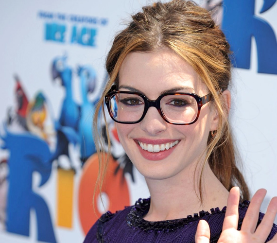 Anne Hathaway a kocka alakú keretre szavazott, ez kicsit karakteresebbé teszi az arcvonalát.