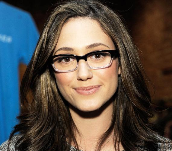 Emmy Rossum felül fekete, alul világos szemüvegkerete különösen akkor praktikus, ha optikailag nagyítanál a szemeden.