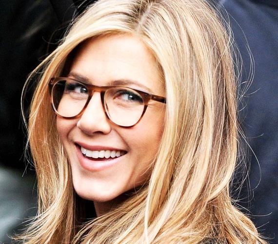 Jennifer Aniston mindig bizonyítja, hogy 40 felett is lehet valaki elbűvölő és szexi, még akkor is, ha éppen szemüveget kell viselnie. Ez a fajta keret egyébként a hosszúkás arcforma ívét tompítja.