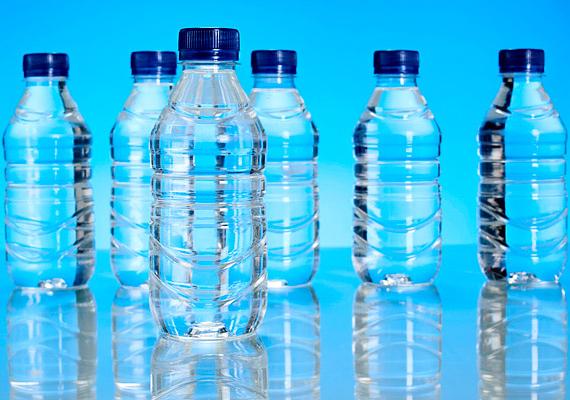 Azt gondolhatnád, hogy a csapvíz ártalmasabb, mint a palackozott víz, pedig a fogaknak jobb az előbbi. A palackozott víz ugyanis kevesebb fluoridot tartalmaz, mint az, ami a csapból jön. A fluorid azért kell a fogaknak, mert ellenállóbbá teszi őket.