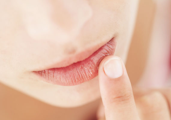 Nem győzzük hangsúlyozni, mennyire fontos a belső hidratálás, azaz hogy naponta legalább 2 liter vizet fogyassz. Ha nem iszol eleget, a szád kiszárad, ami nemcsak kellemetlen érzés, hanem rossz a fogaknak is. Ugyanis a nyál mossa le a szuvasodást okozó baktériumokat, és az semlegesíti a káros savakat.
