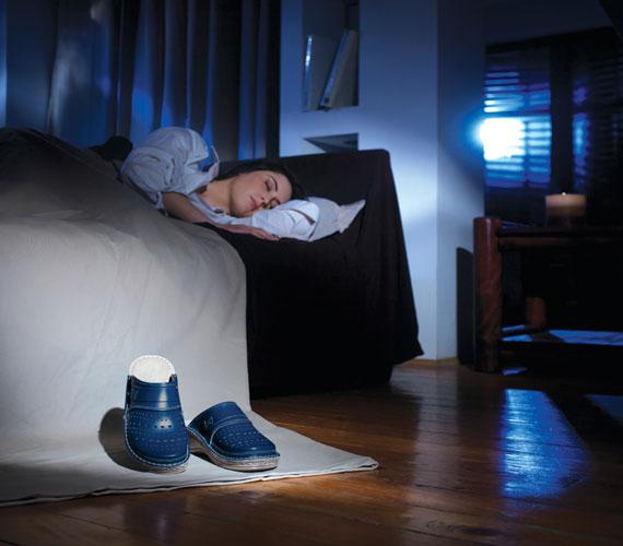A melatonin hormon éjszaka, sötétben termelődik. Ez a hormon felelős a sejtek regenerálásáért. Mindenképpen sötétben aludj, ha nem is vaksötétben, de kerüld még a szórt fényt is, a televíziót pedig száműzd a hálóból.
