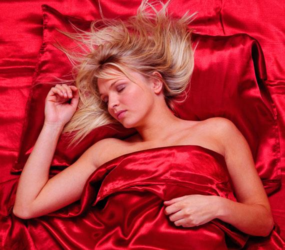 Aludj szaténpárnán, ami jó magas. Így nem gyűrődik össze a bőröd, és később sem törik be, valamint a testhelyzetből fakadóan nem lesznek táskák és puffadás a szemed alatt.
