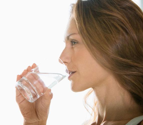 Lefekvés előtt vizet igyál vagy gyógyteát. Egy pohár bor elvileg megnyugtatja az idegeket, de felpuffaszthat és dehidratál is. Az ivást viszont érdemes beszüntetni egy órával lefekvés előtt, hogy zavartalan legyen az álom, és ne kelljen kimenni a mosdóba éjszaka.