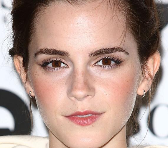 Emma Watson arcán csak elvétve találhatóak szeplők, amik azonban a natúr sminken könnyen átütnek.