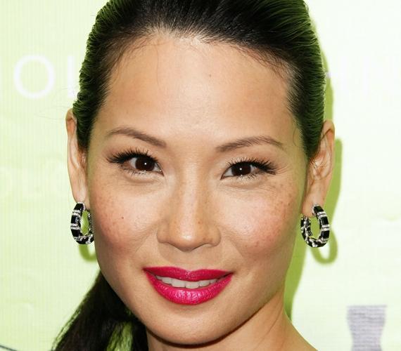 Lucy Liu hamvas bőrén is sok szeplő látható, amitől a 46 éves színésznő sokkal fiatalabbnak tűnik.