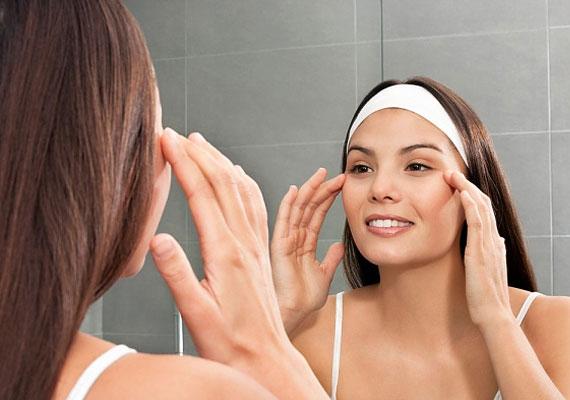 A zaccal felfrissítheted az arcbőröd. Keverj össze két evőkanál natúr joghurtot egy evőkanál kávézaccal, és kend fel az előzőleg megtisztított arcodra. 15 percig hagyd fent, majd öblítsd le. A koffein beindítja a vérkeringést.