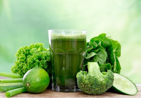 Szuper zöld smoothie-t készíthetsz pár rózsa brokkoli, egy fél uborka és leveles zöldségek - például spenót - felhasználásával. Az italt citrommal és petrezselyemmel fűszerezheted. A turmixszal luteint, zeaxantint, B6-, C-, K-vitamint, vasat és folsavat viszel be, melyek ideálisak a ráncok megelőzésére.