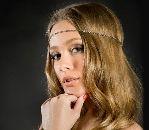 A hetvenes éveket idéző hajpánt is nagy divat, ártatlanná és szexivé varázsol.