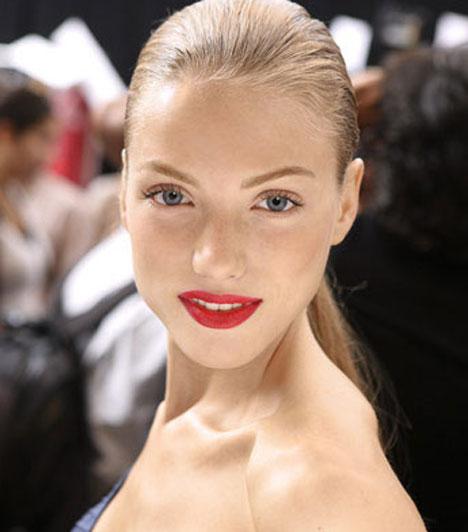 Egyszerűségre törekedve  A piros száj ilyen egyszerű formában is jól működhet. Ha egészen egyszerű a ruhád, egy telt, vörös ajak olyan kigészítőtként egészítheti ki a megjelenésedet, melyre egyetlen ékszer sem lenne képes.