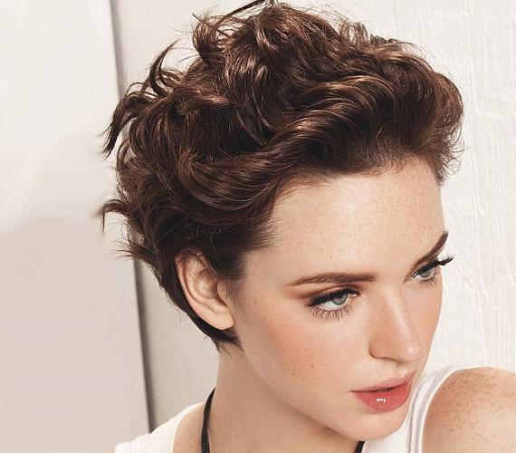 Ha hajpánt alatt szárítod, akkor érdekes hullámot is vihetsz a homlokból kifésült hajba.