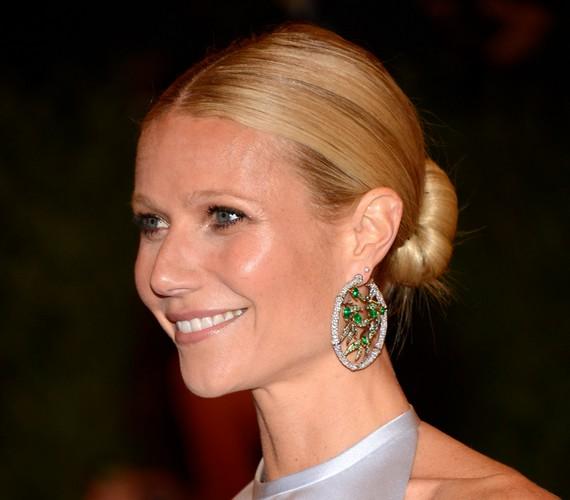 Gwyneth Paltrow középen elválasztott haja és szoros tarkókontya komolyságot és eleganciát sugároz. A fegyelmezetten összefogott fürtök leginkább a 30-on felülieknek állnak jól.