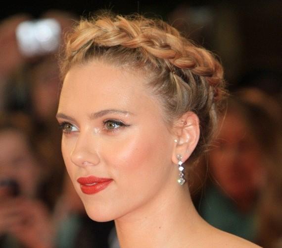 Idén ismét szezonja van a különböző hajfonatoknak. Scarlett Johansson megjelenése trendi és mégis klasszikus az egész fejen körbefutó fonattal.