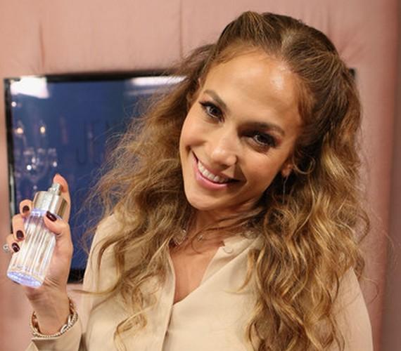 Ha hullámos a hajad, nyert ügyed van, de az egyenes szálakkal rendelkezők is nagyon könnyen elkészíthetik Jennifer Lopez félig feltűzött frizuráját. Nem kell hozzá más, csak néhány hullámcsat és szükség esetén pár hajcsavaró.