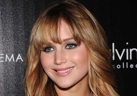 Jennifer Lawrence szőkésbarna haja aranyosan csillog. Ezt az árnyalatot érdemes először kipróbálni, ha valaki szőke hajat szeretne.