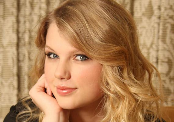 Taylor Swift rafináltan csak a végét hagyta világosszőkén, a teteje már átmenet a barnába.