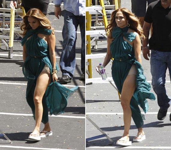 Talán nem ez a legokosabban megválasztott szabás egy kisnadrágos szorítóbugyihoz. Jennifer Lopez itt egy forgatáson bóklászott papucsban, estélyiben és Spanxben.