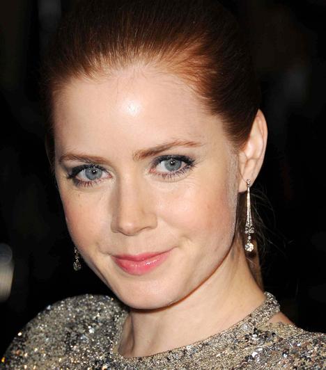 Amy Adams Az amerikai színésznő szép, kék szeme tökéletes harmóniában van vörös hajával, éppen ezért finoman az előbbit emelte ki az arcán. A szürkés-ezüstös szemfestés érdekes kontrasztban áll a vörös hajjal. Ehhez már csak egy kis rózsaszín szájfény kellett.