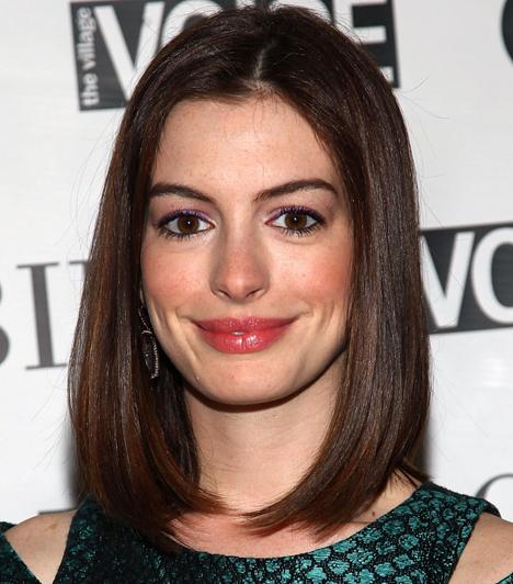 Anne HathawayA bájos amerikai színésznő soha nem viszi túlzásba a sminkelést, amit jól tesz, hiszen karakteres arcának nincs szüksége rá. Barna szemének melegségét lilával fokozta, gyönyörű, telt száját viszont nem emelte ki.