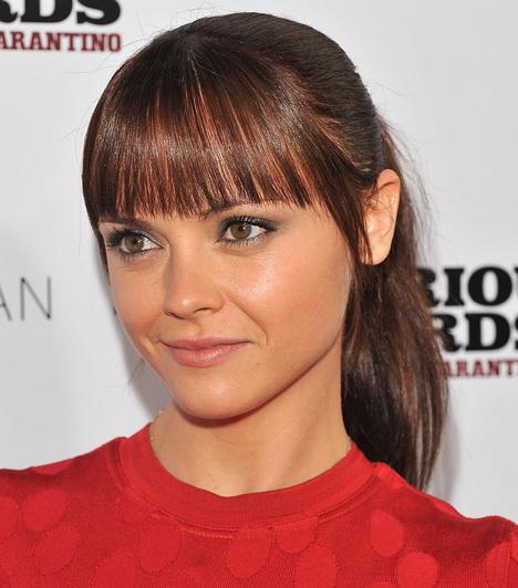 Christina RicciA hullafehér kislányból bájos nővé érett színésznő az egész arcot natúr színekbe öltöztette, és csak a szemét emelte ki szürkészölddel, ami kiemeli zöldesbarna szemét.Kapcsolódó cikk:3 szupernőies sminktrend »