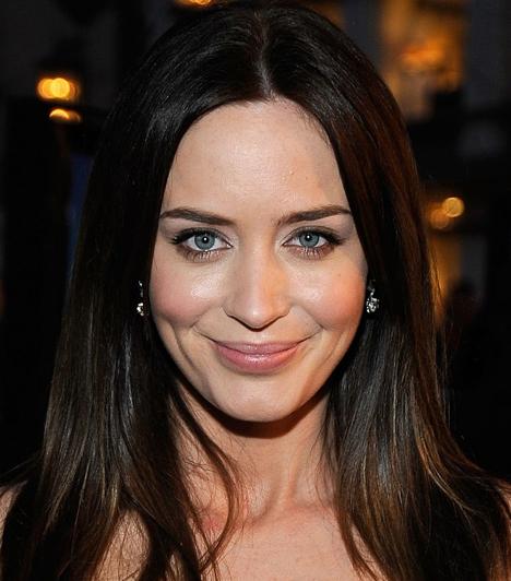 Emily BluntA tehetséges angol színésznő világos bőréhez és nagy, kék szeméhez rózsaszínes árnyalatokat választott. Hogy szeme színét kiemelje, az alsó szemhéjra bronzos szemhéjpúdert vitt fel.Kapcsolódó cikk:Így tüntesd el sminkkel a karikás, puffadt szemeket - Öt perc alatt »