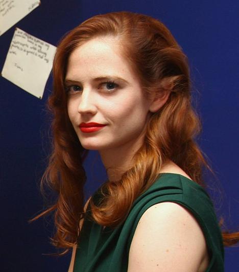 Eva GreenA hófehér bőrű színésznő szinte mindig az ajkát hangsúlyozza. Cseresznyepiros rúzsa védjegyévé vált. Ha te is a szádat szeretnéd hangsúlyozni, akkor fontos, hogy azt is lealapozd, különben a rúzs nem lesz tartós, és a színe sem lesz szép. Hogy egyenletes legyen, ecsettel vidd fel.Kapcsolódó cikk:Szépségbazár: 4 szexi, vörös rúzs 3 ezer forint alatt! »