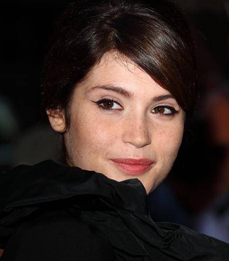 Gemma Arteton  James Bond legutolsó babája tökéletesen tisztában van vele, hogy a szeplők nagyon bájosak, ezért nem is akarja palástolni őket. Cicás szemeit tussal tette még szebbé.  Kapcsolódó galéria: 16 csodás sztárfrizura »