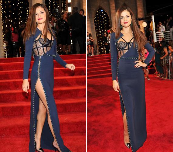 A mindig visszafogott Selena Gomez a 2013-as VMA kedvéért húzta magára ezt a kék színben pompázó darabot, mely nem csak a dekoltázsát tárta a szemek elé, hanem egyúttal azt is, hogy az énekes-színésznő nem húzott alsóneműt. A híresség a merész döntés ellenére is jól nézett ki.